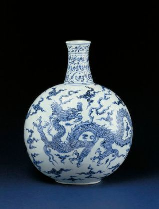 porcelain flask with dragon motif ming dynasty #chineseart
